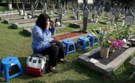 Penziarah berdoa di makam Hasri Ainun Besari istri BJ Habibie saat melakukan tabur bunga di Taman Makam Pahlawan Kalibata, Jakarta, Jumat (19/5/2017). Upacara dan Tabur Bunga tersebut berkenaan dengan peringatan Hari Kebangkitan Nasional (Harkitnas) 20 Mei 2017 dan sesuai dengan Keppres No 18 Tahun 2002 bahwa Kementerian Kominfo selaku penyelenggara Harkitnas.