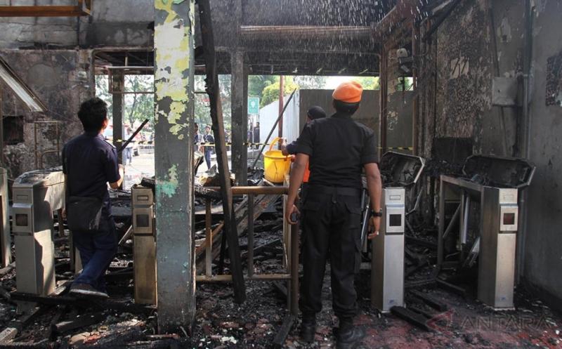 Petugas memeriksa bangunan kantor Stasiun Klender usai kebakaran, Jakarta Timur, Jumat (19/5/2017). Kebakaran yang terjadi sekitar pukul 07.30 di stasiun itu melahap seluruh bagian kantor dan loket penjualan tiket, dan diduga kebakaran berawal dari hubungan pendek dari salah satu ruangan di stasiun tersebut.