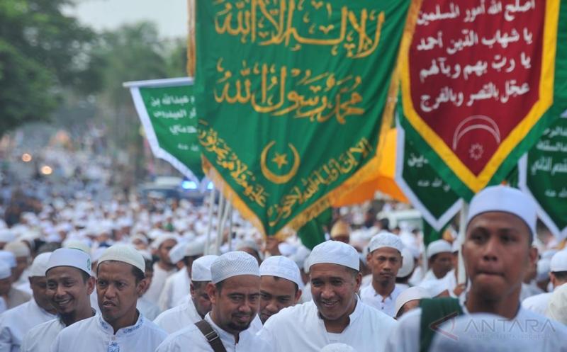 Sejumlah peziarah melakukan arak-arakan Ziarah Kubra menuju makam Al Habib Ahad Bin Syech Shahab Gubah Duku 8 Ilir Palembang, Sumatera Selatan, Jumat (19/5/2017). Tradisi Ziarah Kubra yang dilakukan jelang Ramadan ini dicanangkan Pemerintah Kota sebagai agenda wisata religi di Palembang.