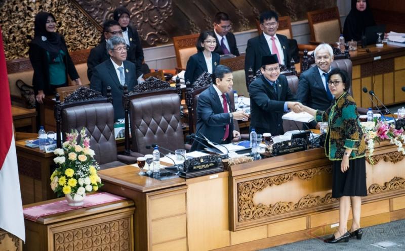 Pimpinan sidang Paripurna Setya Novanto (kiri) didampingi Taufik Kurniawan (kedua kiri) dan Agus Hermanto (kanan) menerima laporan kerangka ekonomi makro dari perwakilan Pemerintah Menteri Keuangan Sri Mulyani (kedua kanan) saat sidang Paripurna di Kompleks Parlemen, Senayan, Jakarta, Jumat (19/5/2017). Kehadiran Menteri Keuangan terkait penyampaian laporan kerangka ekonomi makro dan pokok-pokok kebijakan fiskal sebagai pedoman penyusunan RAPBN tahun anggaran 2018.