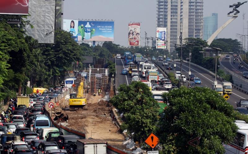 Sejumlah kendaraan terjebak kemacetan imbas pengerjaan proyek pembangunan flyover di Jalan Gatot Subroto, Pancoran, Jakarta, Jumat (19/5/2017). Pemerintah Provinsi DKI Jakarta membangun flyover Pancoran dengan panjang 740 meter untuk mengurangi kepadatan kendaraan dari arah Cawang menuju Semanggi.
