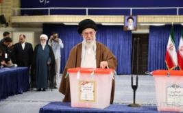 Pemimpin tertinggi Iran, Ayatollah Ali Khamenei menyalurkan hak suaranya pada Pemilihan Presiden Iran di Teheran, Iran, Jumat (19/5/2017). (Leader.ir/Handout via REUTERS)