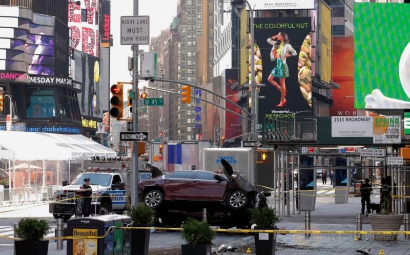 Garis polisi terpasang di tempat kejadian perkara kecelakaan mobil di Times Square, New York, Amerika Serikat, Kamis (18/5/2017) waktu setempat. Satu orang tewas dan 22 lainnya terluka akibat mobil berkecepatan tinggi menabrak pejalan kaki di lokasi ini. (REUTERS/Lucas Jackson)