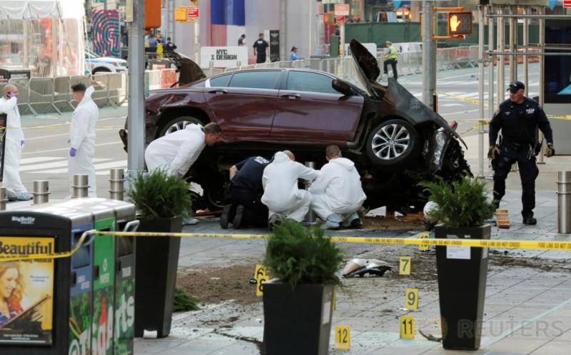 Polisi melakukan investigasi di tempat kejadian perkara kecelakaan mobil di Times Square, New York, Amerika Serikat, Kamis (18/5/2017) waktu setempat. Satu orang tewas dan 22 lainnya terluka akibat mobil berkecepatan tinggi menabrak pejalan kaki di lokasi ini. (REUTERS/Lucas Jackson)