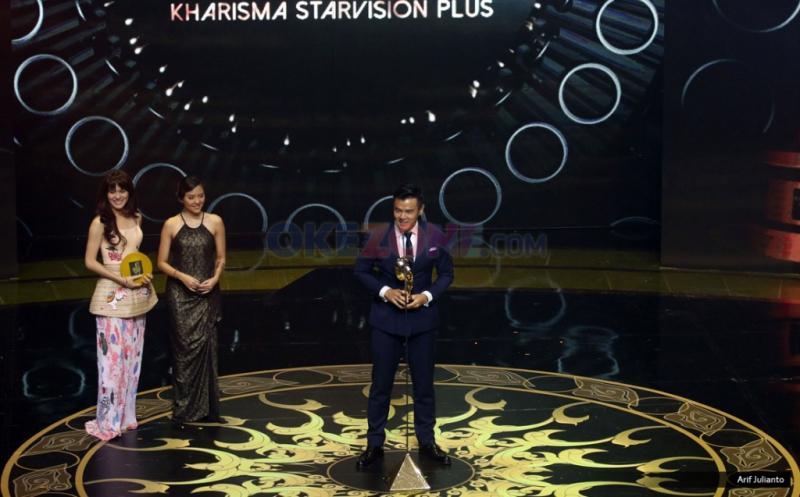 Dion Wiyoko meraih piala pada ajang Indonesian Movie Actors Awards (IMAA) 2017 di Plenary Hall MNC News Center, Jakarta Pusat, Kamis (18/5/2017) malam. Dion Wiyoko meraih piala sebagai Pemeran Pria Pendukung Terbaik pada Film Cek Toko Sebelah.