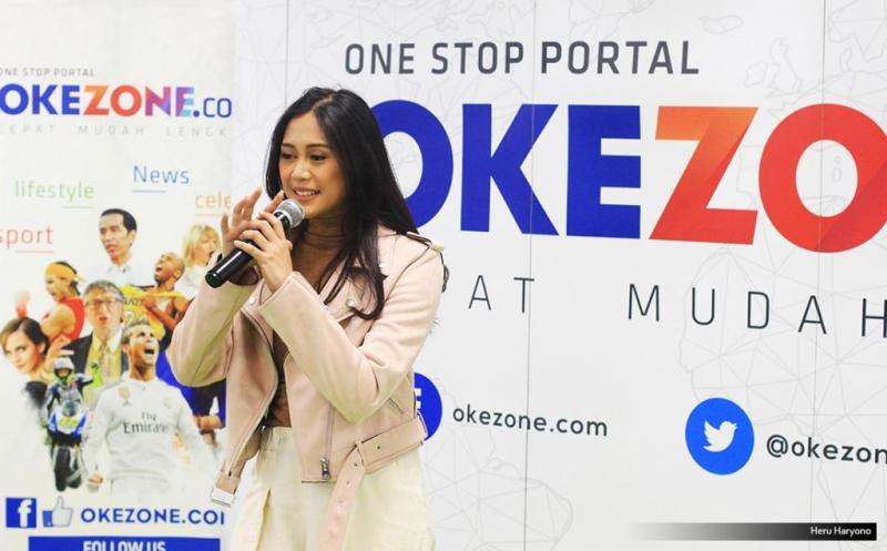 """Penyanyi Nadhira Suryadi saat tampil di acara Kongkow, Redaksi Okezone.com, Gedung iNews TV, Jakarta, Jumat (19/5/2017). Nadhira Suryadi membawakan single terbaru """"Pasangan Cinta""""."""