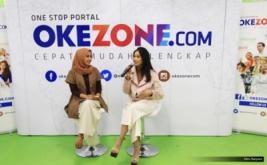 """Penyanyi Nadhira Suryadi (kanan) bersama host, Camelia saat tampil di acara Kongkow, Redaksi Okezone.com, Gedung iNews TV, Jakarta, Jumat (19/5/2017). Nadhira Suryadi membawakan single terbaru """"Pasangan Cinta""""."""