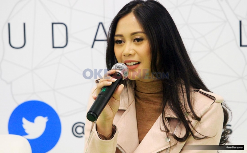 """Penyanyi Nadhira saat tampil di acara Kongkow, Redaksi Okezone.com, Gedung iNews TV, Jakarta, Jumat (19/5/2017). Nadhira Suryadi membawakan single terbaru """"Pasangan Cinta""""."""