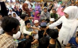 Menteri Sosial Khofifah Indar Parawansa bersalaman dengan sejumlah anak usai penandatanganan kerjasama Kementerian Sosial dan Tahir Foundation di Jakarta, Jumat (19/5/2017). Dalam kerjasama tersebut disepakati pembangunan gedung pusat penelitian dan pelayanan anak jalanan senilai Rp 100 milyar di 3 daerah yakni Jakarta, Surabaya dan Medan, yang diperuntukkan sebagai pusat rehabilitasi sosial anak jalanan dan aktivitas pengembangan potensi anak.