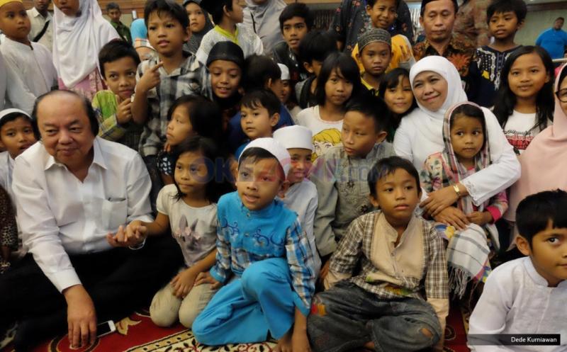 Menteri Sosial Khofifah Indar Parawangsa (jilbab putih) bersama Founder Tahir Foundation Dato' Sri Tahi (kiri) bersama anak-anak jalanan usai penandatanganan kerjasama di Kantor Kementerian Sosial, Jakarta, Jumat (19/5/2017). Dalam kerjasama tersebut disepakati pembangunan gedung pusat penelitian dan pelayanan anak jalanan senilai Rp 100 milyar di 3 daerah yakni Jakarta, Surabaya dan Medan, yang diperuntukkan sebagai pusat rehabilitasi sosial anak jalanan dan aktivitas pengembangan potensi anak.