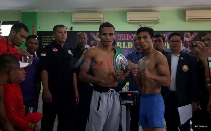 Petinju asal Indonesia Tibo Monabesa (kiri) dan petinju Filipina Arnold Garde (kanan) berpose foto usai timbang berat badan di GOR Cendrawasih, Cengkareng, Jakarta Barat, Jumat (19/5/2017). Kedua petinju akan melakukan laga dalam Kejuaraan WBC Internasional yang akan dilaksanakan pada 20 Mei 2017 dalam 12 ronde.