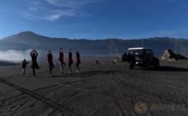 Wisatawan berfoto di pasir berbisik kawasan Gunung Bromo, Probolinggo, Jawa Timur, Jumat (19/5/2017). Wisata Gunung Bromo merupakan salah satu dari 10 destinasi wisata prioritas pemerintah yang diharapkan dapat mendukung pencapaian target kunjungan wisatawan mancanegara pada 2019 sebanyak 20 juta orang.