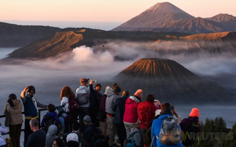 Wisatawan menikmati pemandangan Gunung Bromo dari penanjakan satu di Probolinggo, Jawa Timur, Jumat (19/5/2017). Wisata Gunung Bromo merupakan salah satu dari 10 destinasi wisata prioritas pemerintah yang diharapkan dapat mendukung pencapaian target kunjungan wisatawan mancanegara pada 2019 sebanyak 20 juta orang.