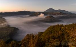 Gunung Bromo terlihat dari penanjakan satu di Probolinggo, Jawa Timur, Jumat (19/5/2017). Wisata Gunung Bromo merupakan salah satu dari 10 destinasi wisata prioritas pemerintah yang diharapkan dapat mendukung pencapaian target kunjungan wisatawan mancanegara pada 2019 sebanyak 20 juta orang.