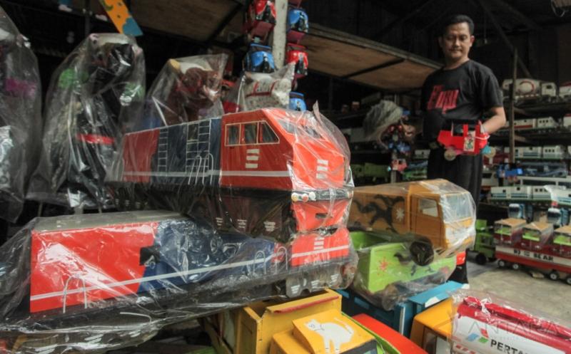 Pelaku Industri Kecil dan Menengah (IKM) menata dagangan berupa replika truk berbahan kayu di Jakarta, Jumat (19/5/2017). Kementerian Perindustrian (Kemenperin) menargetkan pertumbuhan IKM mencapai 182.000 unit atau meningkat 9,6 persen pada tahun 2017, dibandingkan pencapaian tahun 2016 sebesar 165.983 unit.