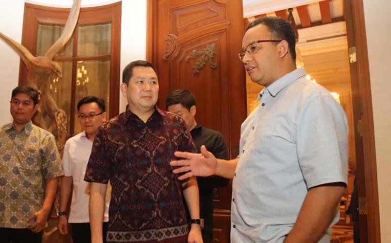 Ketua Umum Partai Perindo Hary Tanoesoedibjo  (kiri) menerima kunjungan gubernur DKI Jakarta terpilih Anies Baswedan  di kediaman, Jakarta, Jumat (19/5/2017) malam. Ketiganya membicarakan strategi mempersempit kesenjangan, membangun kesejahteraan masyarakat ibu kota ke depan.