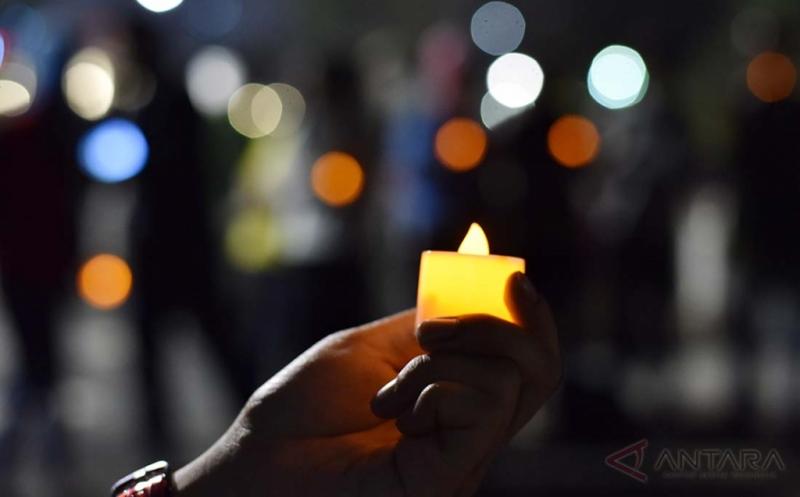 Pengunjuk rasa dari sejumlah elemen masyarakat menyalakan lampu ketika mengikuti aksi Melawan Gelap di Taman Aspirasi Monas, Jakarta, Jumat (19/5/2017). Aksi itu untuk mengingat sejumlah pelanggaran HAM yang terjadi pada bulan Mei, seperti peristiwa simpang KAA, pembunuhan Marsinah, dan Tragedi Trisakti.