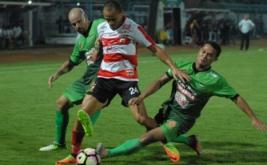 Pesepak bola Madura United (MU) Piter Osaze Odem Wingie (tengah) dihadang pesepak bola PS TNI Wanda Syahputra (kanan) dan Talin Facundo (kiri) saat pertandingan Liga 1 di Stadion Gelora Bangkalan, Bangkalan, Jawa Timur, Jumat (19/5/2017). Madura United menang atas PS TNI dengan skor 4-1.