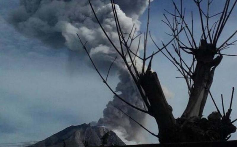 Gunung Sinabung kembali meletus di Kabupaten Karo, Sumatera Utara, Sabtu (20/5/2017). PVMBG masih menetapkan status Gunung Sinabung tetap Level IV atau Awas. dan meminta masyarakat dan pengunjung agar tidak melakukan aktivitas di dalam radius 3 km dari puncak, dan dalam jarak 7 km untuk sektor Selatan - Tenggara, di dalam jarak 6 km untuk sektor Tenggara - Timur, serta di dalam jarak 4 km untuk sektor Utara - Timur Gunung Sinabung.?