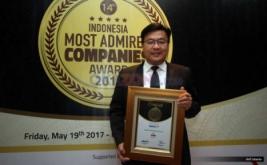 Wakil Direktur Utama MNC TV Noersing memperlihatkan penghargaan yang diterima dalam malam penghargaan Indonesia Most Admired Companies (IMACO) award 2017 di Hotel Pullman, Jakarta, Jumat (19/5/2017). MNC TV kembali mengkukuhkan dirinya sebagai salah satu media terdepan yang menjadi pilihan utama bagi masyarakat. Hal ini dibuktikan dengan penerimaan penghargaan Indonesia Most Admired Companies (IMACO) award 2017 dikategori Media.
