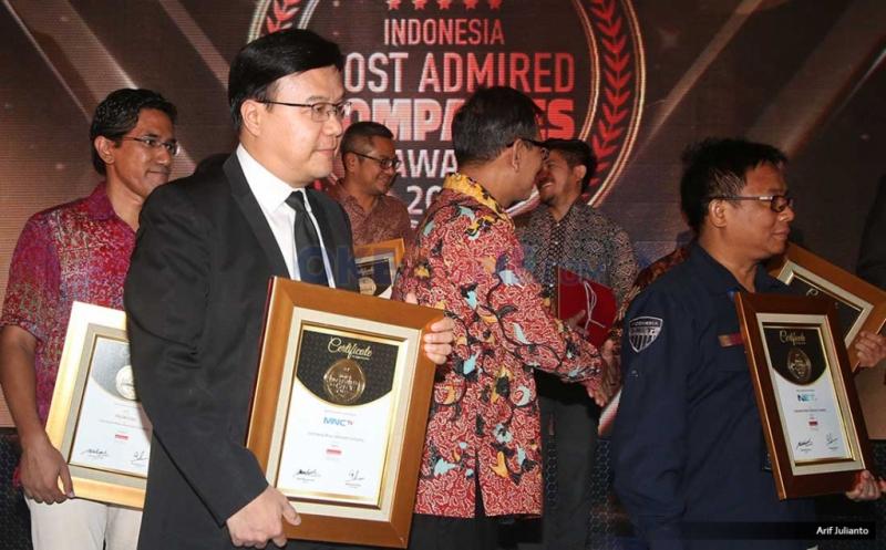 Wakil Direktur Utama MNC TV Noersing saat menerima penghargaan yang diterima dalam malam penghargaan Indonesia Most Admired Companies (IMACO) award 2017 di Hotel Pullman, Jakarta, Jumat (19/5/2017). MNC TV kembali mengkukuhkan dirinya sebagai salah satu media terdepan yang menjadi pilihan utama bagi masyarakat. Hal ini dibuktikan dengan penerimaan penghargaan Indonesia Most Admired Companies (IMACO) award 2017 dikategori Media.