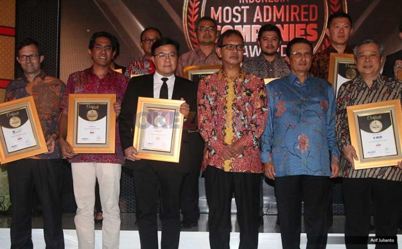 Wakil Direktur Utama MNC TV Noersing bersama para penerima penghargaan dalam malam penghargaan Indonesia Most Admired Companies (IMACO) award 2017 di Hotel Pullman, Jakarta, Jumat (19/5/2017). MNC TV kembali mengkukuhkan dirinya sebagai salah satu media terdepan yang menjadi pilihan utama bagi masyarakat. Hal ini dibuktikan dengan penerimaan penghargaan Indonesia Most Admired Companies (IMACO) award 2017 dikategori Media.