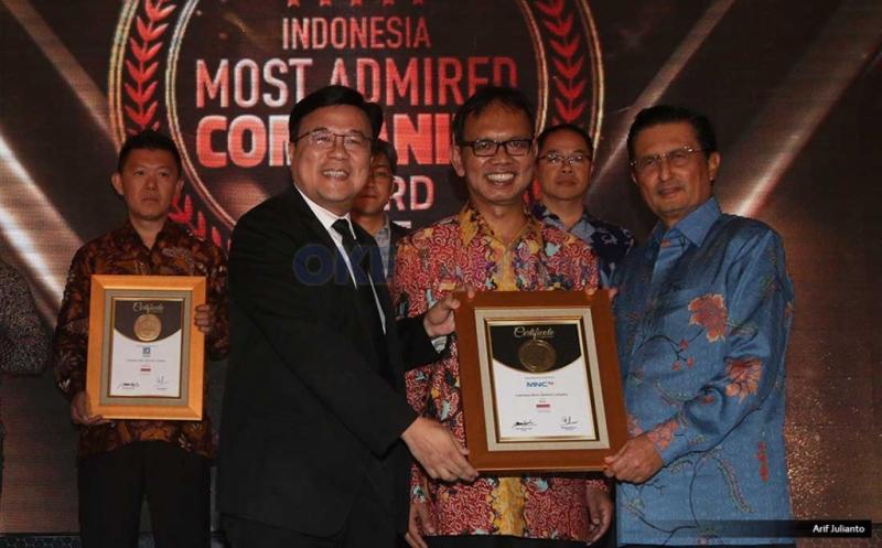 Ceo & Pemimpin Redaksi Warta Ekonomi Muhamad Ihsan (tengah), Founder Warta Ekonomi Fadel Muhammad (kanan) dan Wakil Direktur Utama MNC TV Noersing menerima penghargaan Indonesia Most Admired Companies (IMACO) award 2017 di Hotel Pullman, Jakarta, Jumat (19/5/2017). MNC TV kembali mengkukuhkan dirinya sebagai salah satu media terdepan yang menjadi pilihan utama bagi masyarakat. Hal ini dibuktikan dengan penerimaan penghargaan Indonesia Most Admired Companies (IMACO) award 2017 dikategori Media.