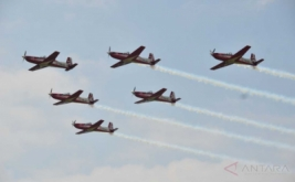 Pesawat KT 1 B Woong Bee dari Jupiter Aerobatik Tim (JAT) bermanuver pada acara Tasikmalaya Air Show dan Expo 2017 di Lapangan Udara Wiriadinata Cibeureum, Tasikmalaya, Jawa Barat, Sabtu (20/5/2017). Sejumlah aksi formasi dan manuver andalan dari Jupiter Aerobatik Tim ditunjukkan kepada masyarakat untuk memperkenalkan kegiatan kedirgantaraan dalam rangkai HUT ke-71 TNI-AU.