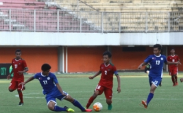 Pemain Timnas Indonesia U-16, Brylian Aldama (kedua kanan) berebut bola dengan pemain Timnas Filipina U-16, Ferrer Yuki John Padernal (kedua kiri) pada pertandingan persahabatan internasional Indonesia U-16 melawan Filipina U-16 di Stadion Maguwoharjo, Sleman, DI Yogyakarta, Minggu (21/5/25017). Timnas Indonesia berhasil mengalahkan Timnas Filipina dengan skor akhir 4:0.