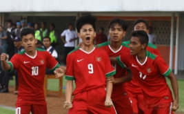 Pemain Timnas Indonesia U-16, Rendy Juliansyah (kedua kiri) melakukan selebrasi seusai menjebol gawang tim Filipina U-16 pada pertandingan persahabatan internasional Indonesia U-16 melawan Filipina U-16 di Stadion Maguwoharjo, Sleman, DI Yogyakarta, Minggu (21/5/2017). Timnas Indonesia berhasil mengalahkan Timnas Filipina dengan skor akhir 4:0.