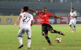 Pesepak bola Bali United FC, Agus Nova Wiantara (kiri) berusaha menghadang pesepak bola Persija Jakarta, Bruno Da Silva Lopes (tengah), pada pertandingan Liga 1, di Stadion Patriot Candrabhaga, Bekasi, Jawa Barat, Minggu (21/5/2017). Pada pertandingan tersebut Bali United FC tahan imbang tuan rumah Persija Jakarta dengan skor akhir 0-0.