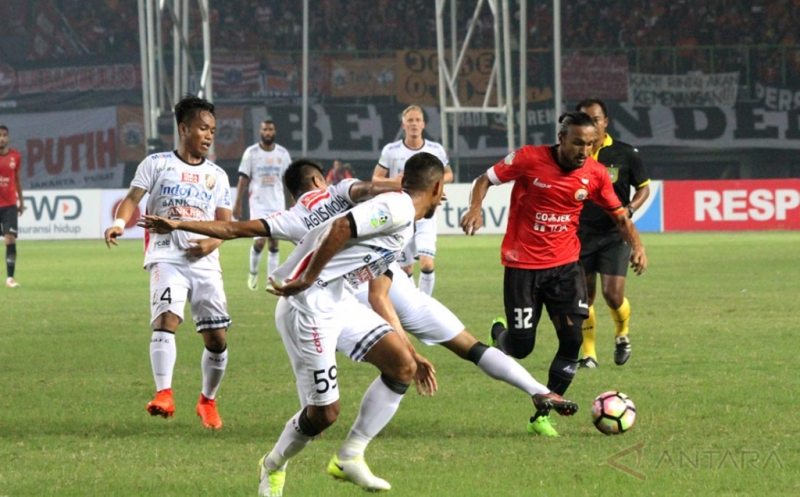 Pesepak bola Bali United FC, Agus Nova Wiantara (ketiga kiri) berusaha menghadang pesepak bola Persija Jakarta, Rohit Chan (kanan), pada pertandingan Liga 1, di Stadion Patriot Candrabhaga, Bekasi, Jawa Barat, Minggu (21/5/2017). Pada pertandingan tersebut Bali United FC tahan imbang tuan rumah Persija Jakarta dengan skor akhir 0-0.