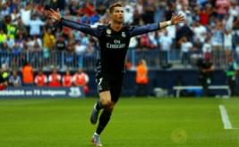 Cristiano Ronaldo selebrasi usai mencetak gol ke gawang Malaga di Estadio La Rosaleda, Senin (22/5/2017) dini hari WIB. Memanfaatkan sodoran matang dari Isco, Ronaldo lalu melepaskan sepakan yang gagal diamankan Kameni. (Reuters/Jon Nazca)