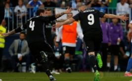 Karim Benzema selebrasi usai mencetak gol ke gawang Malaga di Estadio La Rosaleda, Senin (22/5/2017) dini hari WIB. Memanfaatkan bola rebound hasil sundulan Sergio Ramos, Benzema melepaskan sepakan yang meluncur deras ke dalam gawang Malaga. (Reuters/Jon Nazca)