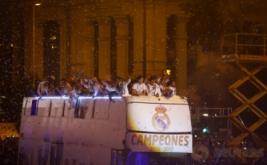 Pemain Real Madrid merayakan keberhasilannya menjuarai Liga Spanyol 2016-2017 dengan menaiki bus, usai mempermalukan Malaga dua gol tanpa balas di Estadio La Rosaleda, Senin (22/5/2017) dini hari WIB. (REUTERS/Paul Hanna)