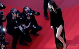 Laetitia Casta Tampil Cantik di Red Carpet Festival Film Cannes ke-70