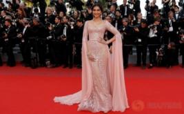 Kenakan Gaun Serasi Warna Kulit, Sonam Kapoor Makin Terlihat Cantik