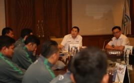 Ketua Umum Federasi Futsal Indonesia Hary Tanoesoedibjo (HT) menyambut kedatangan Timnas Futsal U-20 usai berlaga di AFC U-20 Futsal Championship 2017 di MNC Tower, Jakarta, Selasa (23/5/2017). Meski harus mengakui keunggulan Thailand, penampilan Timnas membanggakan karena berhasil masuk perempat final dari 21 negara dan menduduki peringkat satu di grup B.
