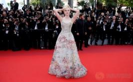 Cantiknya Aktris Elle Fanning dengan Gaun Motif Bunga