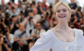 Cantik dan Manis, Elle Fanning dengan Gaun Putih