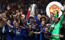 Para pemain Manchester United bersuka cita saat mengangkat piala Liga Eropa 2016-2017 usai mengalahkan Ajax Amsterdam dengan skor 2-0 di Friends Arena, Swedia, Kamis (25/5/2017). (Reuters/Michael Dalder)
