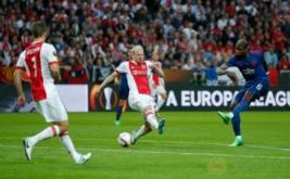Paul Pogba (kanan) saat mencetak gol ke gawang Ajax Amsterdam. (Reuters/Andrew Couldridge)