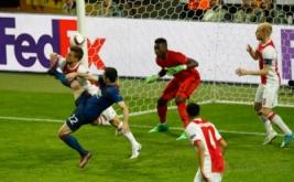 Henrikh Mkhitaryan (kiri bawah) mencetak gol ke gawang Ajax Amsterdam. (Reuters/Phil Noble)