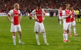 Pemain Ajax Amsterdam tertunduk usai dikalahkan Manchester United. (Reuters/Ints Kalnins)
