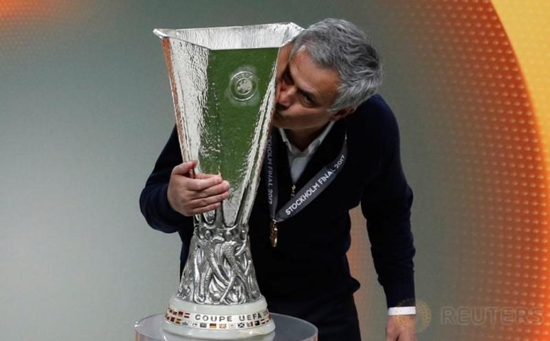 Pelatih Manchester United Jose Mourinho mencium piala Liga Eropa 2016-2017. (Reuters/Phil Noble)