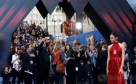 Cantiknya Pemeran Wonder Woman Berbalut Gaun Merah