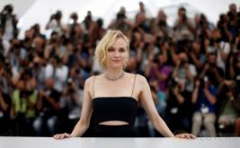 Diane Kruger Tampil Seksi dengan Busana Hitam