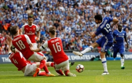 Diego Costa saat melesatkan bola dan di blok oleh tiga pemain Arsenal Per Mertesacker, Nacho Monreal dan Rob Holding pada Final FA Cup di Wembley Stadium, Minggu (28/5/2017) dini hari.Reuters / Darren Staples