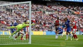 Danny Welbeck saat mencoba memasukan bola namun gagal di halau kiper Chelsea pada Final FA Cup di Wembley Stadium, Minggu (28/5/2017) dini hari. Reuters / Andrew Yates