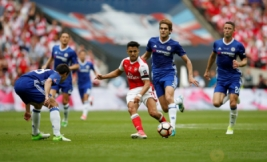 Aksi Alexis Sanchez saat berebut bola dengan Cesar Azpilicueta dan Marcos Alonso pada Final FA Cup di Wembley Stadium, Minggu (28/5/2017) dini hari. Reuters / Andrew Yates